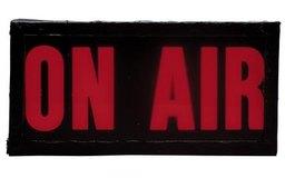 Los locutores de radio que están en el aire están rodeados de un ambiente silencioso.