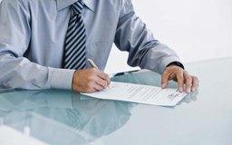 Tomar notas durante una entrevista ayudará a dar el formato adecuado a tus preguntas y a las respuestas del solicitante.