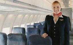 Por ley, se requiere que las aerolíneas tengan azafatas para asistir a los pasajeros.