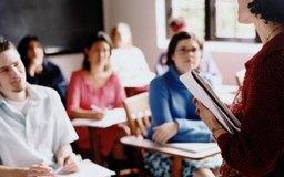 Los estudiantes de universidad pueden aportar madurez al aula.