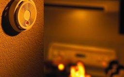 Los técnicos de alarmas de incendio instalan dispositivos que permiten a la gente salvarse del fuego.