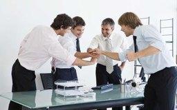 Las actividades de construcción de equipos ayudan a los grupos trabajar juntos.