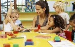 La maestra de jardín de niños asume distintas funciones mientras ayuda a los niños a tener una primera experiencia escolar exitosa.