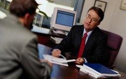 Un consultor profesional hace recomendaciones para realizar mejoras y hacer cambios organizacionales.