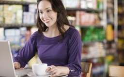 Las revistas en línea distribuyen contenido y anuncios de forma coordinada.
