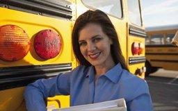 Los profesores de educación especial modifican el currículo para apoyar a los estudiantes con necesidades especiales.