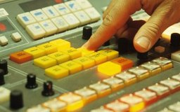 Los asistentes de producción por lo general aprenden a usar equipos de producción claves.