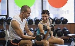 Ser un instructor de acondicionamiento físico es una de las carreras abiertas para ejercer la carrera de ciencias.
