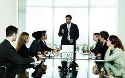 Los profesionales en mercadeo y publicidad lideran equipos promoviendo productos y servicios.