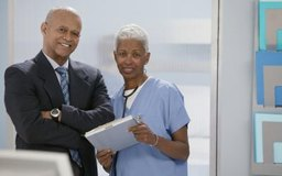 Los administradores de hospitales planean, dirigen y coordinan los servicios médicos.