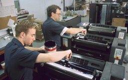Los diversos procesos de impresión requieren de muchos equipos diferentes, así como de capacitación especializada.