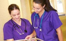 Cuando el turno de una jefa de enfermeras termina, ella debe comunicarse con la siguiente jefa de turno.