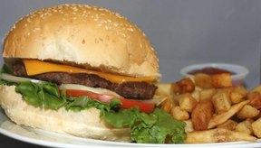 La hamburguesa y papas fritas se han convertido en un elemento básico de EE. UU., a pesar de que pueden obstruir las arterias y contribuyen a las incómodas libras de exceso de peso.