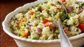 Guárdalo en un recipiente: Una ensalada de quinua está llena de un montón de cosas buenas, y muy pocas malas.