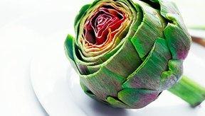 La Academy of Nutrition and Dietetics recomienda comprar alcachofas pesadas que tengan hojas justas y un color verde oscuro.