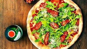 Puedes agregar salsa de tomate a una pizza de vegetales.