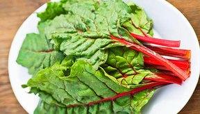 Las hojas de remolacha ofrecen muchos beneficios para la salud.