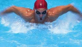 Tu tronco es lo que da la fuerza mientras nadas, pero el excesivo movimiento de la parte inferior tu cuerpo puede costarte energía valiosa.