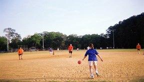 El fútbol béisbol fusiona los dos deportes que componen su nombre.