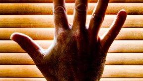 Las causas para el adormecimiento de los dedos pueden incluir accidente cerebrovascular, migrañas, alcohol y ciertos medicamentos.