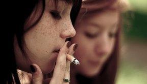 Jovencita fumando cigarrillos.