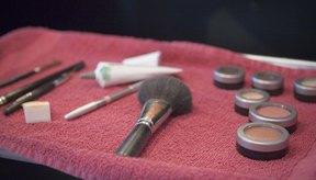 La combinación adeacuada de maquillaje te permite cubrir las manchas oscuras en el rostro.