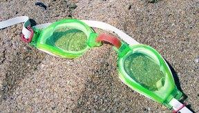 Elige gafas de natación que se ajusten bien para una buena sesión de ejercicios de natación.