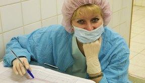 Las enfermeras neonatales cuidan de los recién nacidos