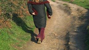 Dar un paseo puede ayudar a expulsar el aire atrapado en el estómago.