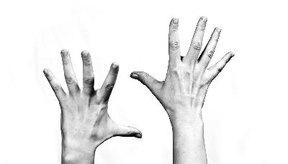 Los temblores en las manos son frecuentes.