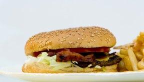 Una dieta alta en grasas puede contribuir a tener los triglicéridos altos.