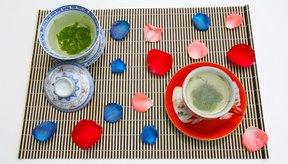 Cambiar al té verde o de hierbas puede ayudar a eliminar la ansiedad producida por la cafeína.