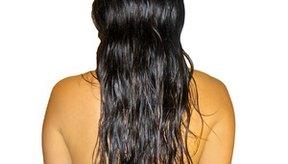La manteca de karité es utilizada a menudo para hidratar el cabello.