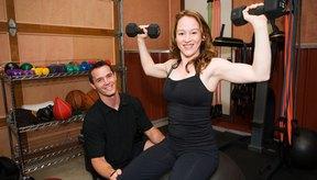 Las mujeres pueden darle forma a sus bíceps y tríceps siguiendo un programa de entrenamiento con pesas.