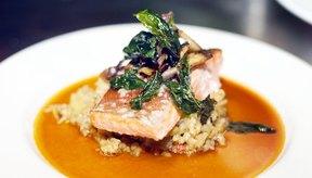El salmón es alto en proteínas.