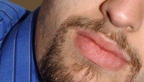 Los bálsamos labiales sin color están disponibles para los hombres.
