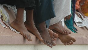 Sentir hormigueo y entumecimiento en los pies es un síntoma que puede deberse a una variedad de condiciones médicas.