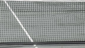 Las canchas de tenis tienen líneas límites claras.