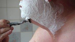 Lo mejor es afeitarte en contra del crecimiento del vello, para cortar los pelos lo más cerca posible de la piel.
