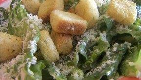 El sodio de la ensalada Cesar puede provocar retención de líquidos.