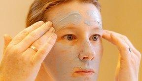 Aplicar un tratamiento de exfoliación químico en casa puede animarte a limpiar tu piel más seguido.