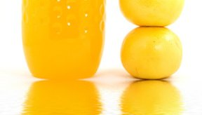 El jugo de naranja fortificado con calcio puede afectar la eficacia de la ciprofloxacina.