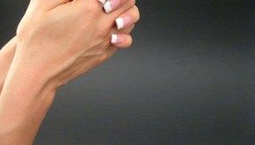 La piel seca y ciertos tipos de infecciones pueden causar que la piel de tus manos se escame.