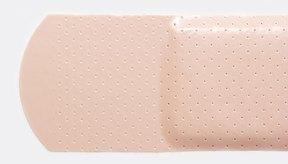 Quita el residuo pegajoso de las vendes y el yodo que quedo en la piel con elementos que tienes en tu hogar.