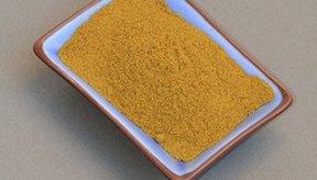 La cúrcuma es uno de los principales ingredientes en muchos curries y les da su color y sabor característico.