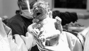 Nueve meses después de la concepción, el bebé atraviesa el canal de parto para nacer de forma natural.