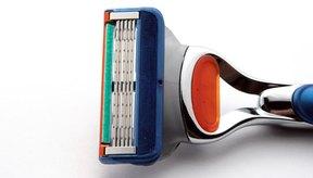 Limpia tu máquina de afeitar desechable para que dure más.
