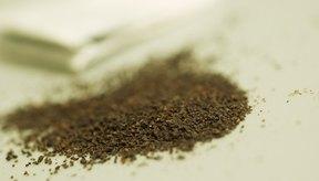 Las hojas de té contienen taninos que ayudan a controlar el olor de pies.