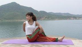 Estirar el músculo suavemente puede ayudar a detener el espasmo.