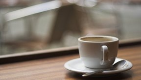 El consumo de café con cafeína o un refresco azucarado, por ejemplo, puede aumentar los temblores asociados con el hipertiroidismo.